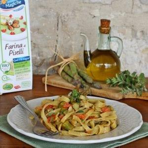 Fettuccine di piselli con asparagi e pomodoro
