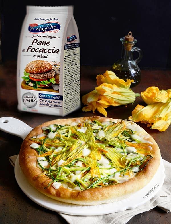 Focaccia con zucchine, fiori di zucca e mozzarella
