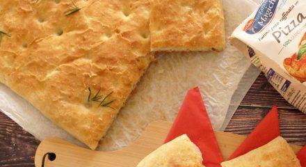 Focaccia al rosmarino con prosciutto cotto e mozzarella